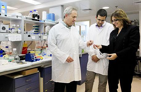 אנשי CureTech, דוקטור רינת רותם (מימין), מוטי חכם ודוקטור מיכאל שילקה, צילום: צפריר אביוב