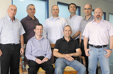 """אהוד כהן, מנכ""""ל BioControl (יושב משמאל) וחברי ההנהלה, צילום: אוראל כהן"""