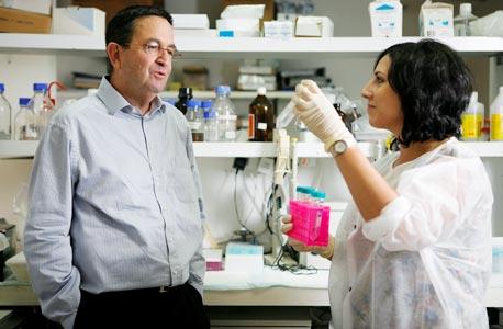 """(משמאל) יוסי ריבק, מנכ""""ל Biokine Therapeutics"""