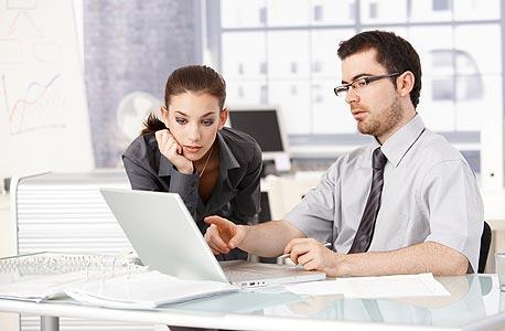 הגבר שעובד לידך עשוי להרוויח יותר למרות שאתם מבצעים את אותו התפקיד