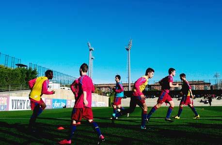 ילדים בקבוצת הכדורגל של ברצלונה. השחקנים מגויסים לאקדמיה של סאות'המפטון כבר מגיל 10 ומלבד אימונים אצל מאמני כדורגל מומחים, הם עוברים שיעורי מוזיקה ובלט וגם טניס כדי לשפר את הקואורדינציה והגמישות. באקדמיה ישנם גם שישה מורים שמעניקים חינוך לצעירים