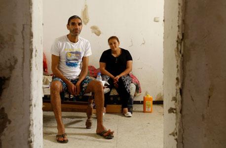 ג'מיל עיאייטה ואחותו וורוד אסוואד בדירתו. שניהם מתמודדים עם תביעות פינוי