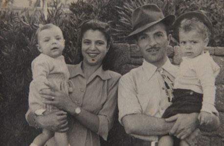 1950. יוסי כהן התינוק בזרועות אמו גילה, אחיו אברהם עם אביו אהרון, גן העצמאות תל אביב