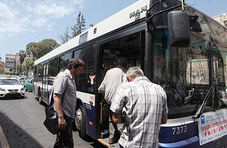 התחנה הבאה שלי היא פתח תקווה. כדי להגיע לשם באוטובוס מהרצליה יש רק קו אחד: 551. הנהג מבטיח לי שזה הקו המהיר ביותר והדרך הטובה ביותר להגיע לשם. אני לא מבין איך ולמה, אבל אחרי 30 דקות אני מוצא את עצמי ברעננה