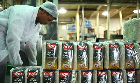 פס ייצור של אורז במפעל סוגת, צילום: עמית שעל