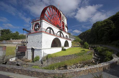 תחנת המים לאקסי שפועלת באי מאז המאה ה־19. לצדה רשומים באי 11 אלף תאגידים בינלאומיים