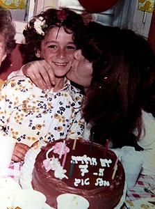 1974. ג'קי בן זקן חוגג יום הולדת 7 עם אמו גלוריה, אשדוד