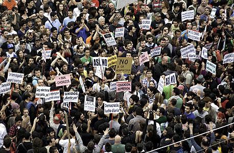 """צעירים ספרדים מפגינים במדריד נגד הפגיעה במעמד הביניים. """"יש סיכוי שדווקא המדינות המתפתחות ייהנו מתנאים טובים כמו אלה של חברות ה-OECD"""""""