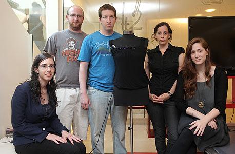 צוות 4T2. מימין לשמאל: רוני קוטק, שחר לנדסהוט, אסף משיח, אור גוטליב וקרן כלב