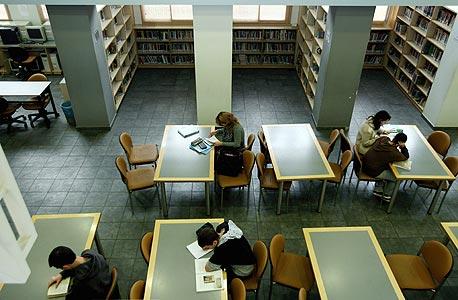 הספרייה, שנבנתה בתרומת הקהילה היהודית בלוס אנג'לס. התלמידים אינם נדרשים לעמוד בבחינות כניסה מיוחדות, ובניגוד לדימוי הרווח, 80% מהם הם ילידי הארץ