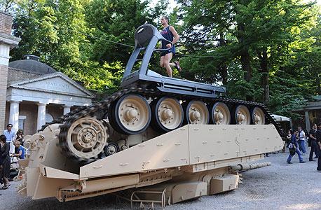 טנק ומסלול ריצה בביתן האמריקאי. הראוותנות של הכוח