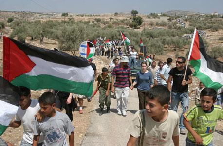 מפגינים פלסטינים בבלעין. הרשות הפלסטינית מעודדת, צילום: שאול גולן
