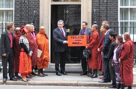עצומה לסנקציות על בורמה מוגשת לראש ממשלת בריטניה גורדון בראון