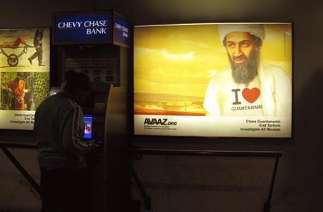 """קמפיין מודעות נגד עינויים. על חולצת בן לאדן כתוב: """"אני אוהב את גואנטנמו"""""""