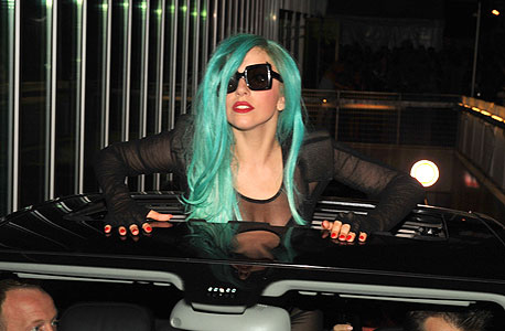 ליידי גאגא. פחיות דיאט קולה בשיער