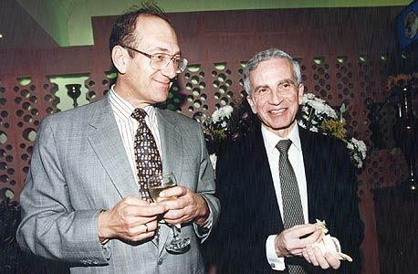 אלמליח ואולמרט בפתיחת מסעדת נרגילה בירושלים, 1985. מי שלימים יהפוך לראש ממשלה היה דירקטור בי.ו.א.ל