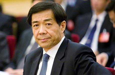 בו שילאי (בתמונה) מטפס לצמרת סין דרך הנהגת העיר. הוא מיצב עצמו כמנהיג עממי בשביתת מוניות, נלחם בפשע המאורגן, ועכשיו שוטף את התושבים בגל קומוניסטי של הודעות SMS, שירים ומחנות עבודה