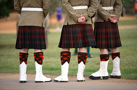 גברים דווקא כן לובשים חצאיות. הקילט בסקוטלנד, הפאסטנלה בבלקן, הלאבה־לאבה בפולינזיה, האקאמה ביפן והגו בבוטאן - כולן חצאיות. אפילו הגלביה בסיני היא בעצם שמלה