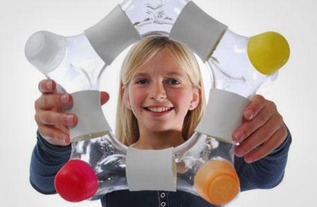 בקבוק water Y. מים מועשרים המותאמים לילדים. לא רק שהבקבוק עשוי מחומר ממוחזר שבטוח לשימוש חוזר, אלא שהוא גם מיועד להפוך לצעצוע להרכבה בתום השתייה