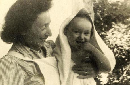 1952. בן ששון התינוק, בזרועות אמו שרה, במרפסת הבית ברחוב אליעזר הלוי, ירושלים