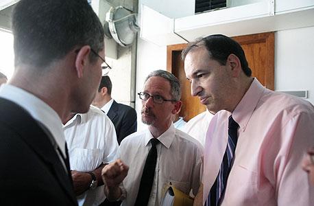 """שלמה נס, נאמן אגרקסקו (מימין), ועו""""ד ליאב וינבאום, נציג המדינה, אתמול בבית המשפט"""