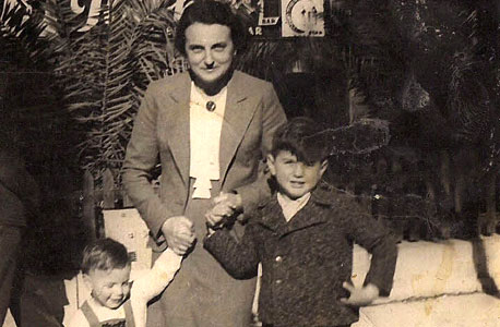 1939. דב בן השלוש ואריה,  בן שבע, עם אמם סטלה ברחוב הירקון, תל אביב