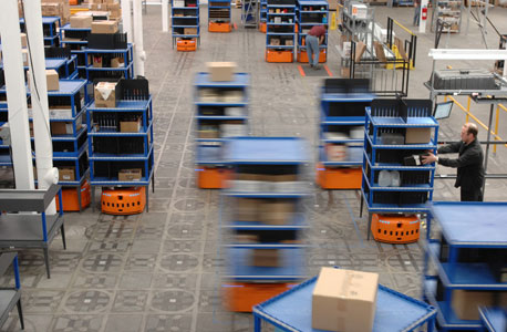 """מחסן המנוהל על ידי הרובוטים הכתומים של קיווה. סמנכ""""ל השיווק של החברה מדבר על """"שארית התוכן האנושי במחסן"""""""