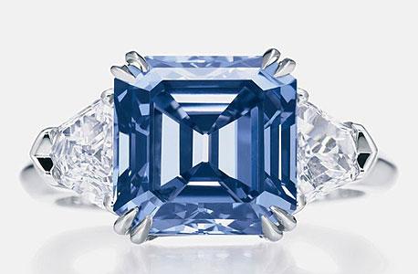טבעת עם יהלום כחול