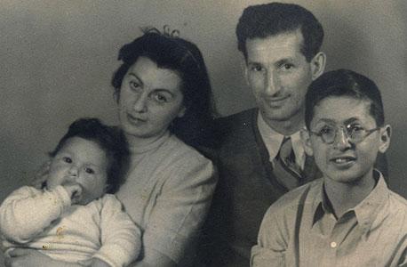 1946. גיורא התינוק ואחיו אורי,  בן עשר, עם הוריהם  ברוך ויפה, תל אביב
