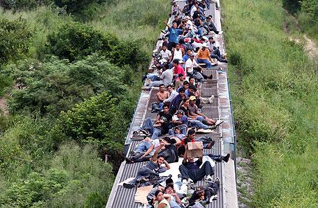 מהגרים מקסיקנים על גג רכבת, בדרך לגבול עם ארצות הברית