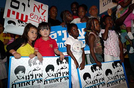 ילדי עובדים זרים בהפגנה בתל אביב נגד גירושם, מאי 2010