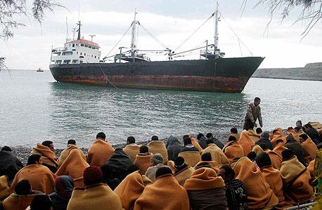 """מהגרים אפריקאים על חוף כרתים. """"אפריקה הופכת לספקית המהגרים הגדולה בעולם, ובשנים הקרובות מצרים תספק זרם עצום של מהגרים עניים"""""""