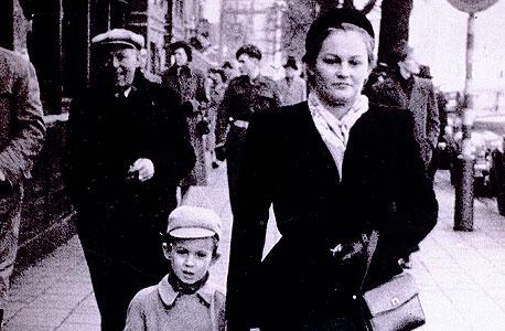 1951. אבי, בן חמש, ואמו רשל ברחוב באנטוורפן