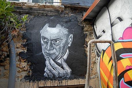 מקלוהן מונצח בפורטרט גרפיטי בצרפת. עדיין חשוב, צילום: cc by Adobe of Chaos