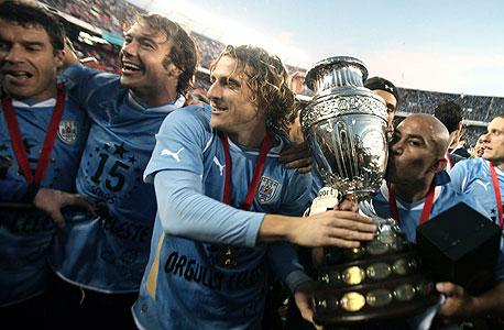 דייגו פורלאן עם גביע קופה אמריקה. השחקנים גדלים ביחד