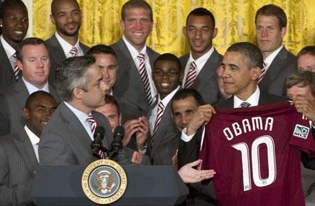 ברק אובמה עם מדי קולורדו ראפידס MLS, צילום: איי אף פי