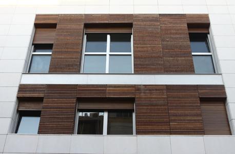 חלון מצופה עץ באנטוקולסקי בתל אביב