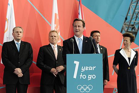 דייויד קמרון, ראש ממשלת בריטניה עם ראשי הוועד האולימפי והוועדה המארגנת.הבריטים, שהתחילו את העשור הזה עם פיאסקו וומבלי שהסב להם נזק תדמיתי גדול, ושעדיין מנסים לטפס החוצה ממשבר כלכלי חמור, עושים בינתיים הכל נכון