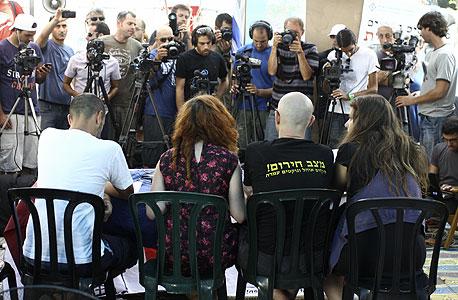 """מסיבת העיתונאים שערכו מארגי המחאה. """"על רה""""מ לפקוח את עיניו"""""""
