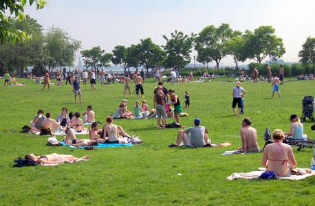 פארק רוקפלר, מנהטן. מתקני שעשועים ושולחנות פינג פונג וסנוקר