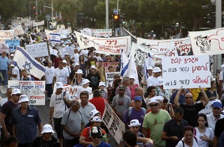 רפתנים מפגינים נגד הפחתת מחיר המטרה