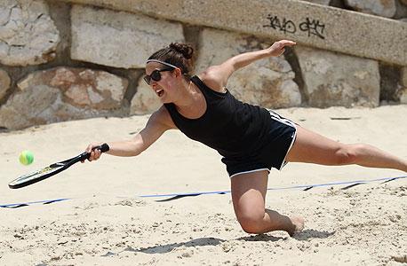 טניס חופים. איפה? חוף פרישמן בתל אביב