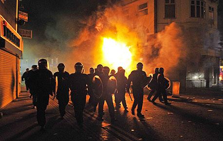 המהומות הביאו לביטול משחקים בלונדון