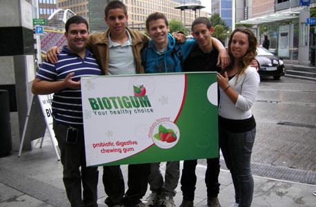 הקבוצה הישראלית (מימין לשמאל): רומהי בלום, יונתן שרוני, יונתן אביגדור, אביב גור, והמנחה העסקי עידן פסו