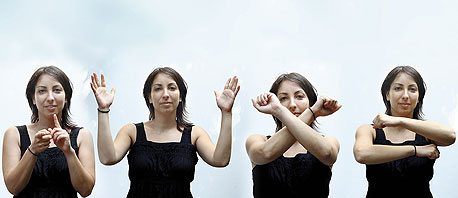"""שפת המחאה ששושן ייבאה ממדריד. מימין: """"תתקדם"""", """"לא מסכים"""", """"מסכים"""", """"אני רוצה להגיב"""". שושן: """"הנחלת השפה היתה שלב קריטי"""""""
