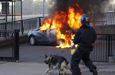 וכך יעשה לפיני היוצא ממכוניתו עם מכשיר אפל, צילום: רויטרס