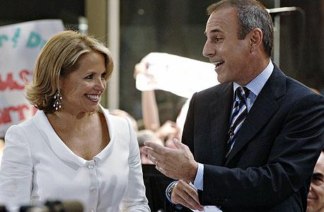 קייטי קוריק ולצידה מגיש הטלוויזיה מאט לאוור