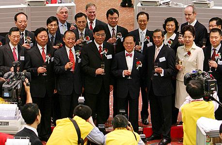 טקס בבורסת הונג קונג לרגל פתיחת המסחר במניית בנק ICBC, אוקטובר 2006. הבנק הגדול בעולם, אבל הנפקתו לא קידמה פתיחות עסקית