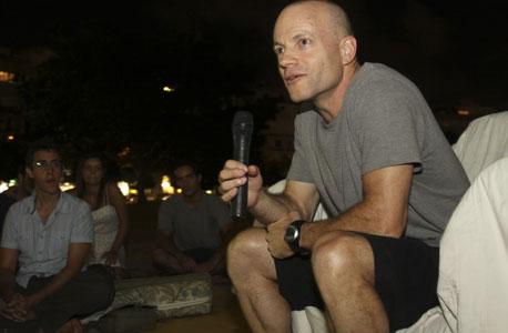 עומר מואב מבקר מפגינים בתל אביב אוגוסט 2011