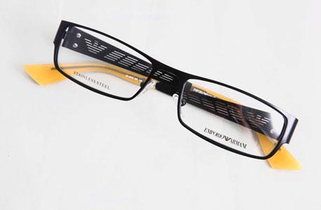 ארמני תמיד שוקל פחות. נסיינים שהתבקשו להשוות משקל של זוג משקפיים  לאבנים קטנות במשקל דומה חשו שמשקפי ארמני קלים יותר מהאבנים - גם כששקלו יותר.  על משקפיים זהים ללא שם המותג אמרו הנסיינים כי הם כבדים יותר